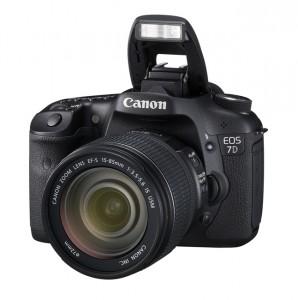 Die Canon EOS 7D mit Objektiv und ausgeklapptem Blitz