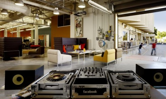 Facebook: Ein Aufenthaltsbereich bei dem sich die DJs austoben können